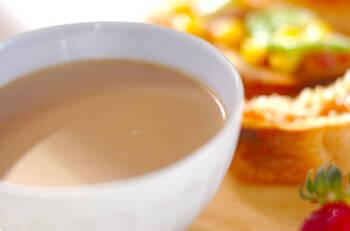 コーヒー2杯分と温めた牛乳を適量混ぜて作る簡単カフェオレ。ボウルに入れて混ぜるだけなので忙しい朝にも最適です。お好みで砂糖も入れてください。