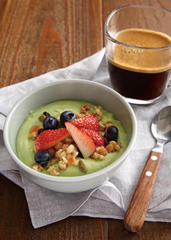 アボカドのグリーンがきれいなヨーグルトボウル。ミキサーでアボカドやヨーグルト、はちみつを混ぜ、グラノーラやフルーツをトッピングして完成です。カフェオレボウルにたっぷり入るので食べ応えもあります。