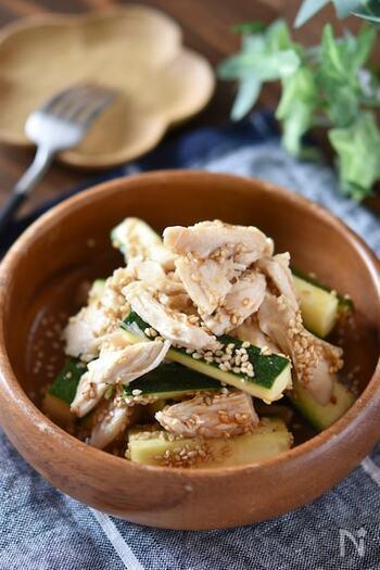 暑い季節に食べたくなるピリ辛サラダ。レンジであらかじめ加熱した鶏むね肉を、調味料とともにズッキーニと混ぜて完成の簡単レシピ。木のボウルに盛り付けることで、南国風な雰囲気も出ておしゃれ。