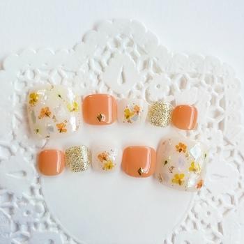 押し花がかわいいネイルデザインです。カジュアルなイメージが強いオレンジも押し花デザインを採用すると、フェミニンな印象へシフトします。オレンジ×ゴールド×イエローの夏らしい3色で、パッと明るく華やかな手元に♪押し花の代わりにひまわりを描くのも、夏らしくていいですね♪