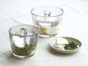 浅漬けやピクルスを簡単に作れる「KINTO」のガラスの浅漬鉢。野菜が漬かり具合が一目でわかり、透明感が美しくそのまま食卓に出せるビジュアルも◎ミニは1~2人分、大きめは約2~3人分の浅漬けを漬けられますよ。