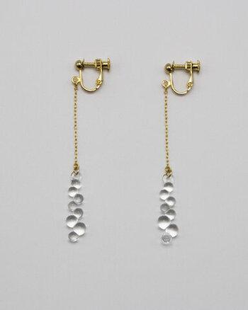 水滴をモチーフにした「Water Drops」のシリーズから、ピアス&イヤリングのご紹介です。一粒ごとに大きさの異なるガラスの粒を繋げて、ぷくぷくとした小さな雫の集まりを表現しています。温もりのある優しい揺らめきを、ぜひ耳元で楽しんで。