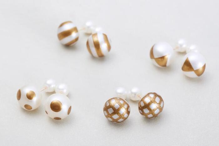 人魚の涙、と言われることもある真珠。室内で過ごす雨の日はパールを身につけて、ロマンチックな気分になってみませんか? くすみを持たせた金粉で蒔絵を施した、遊び心のある一品です。