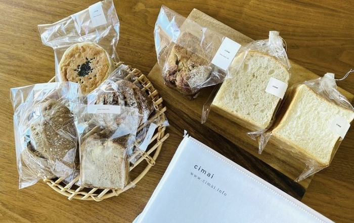 cimaiでは、常時お取り寄せ対応をしているわけではありませんが、不定期でお店の方がセレクトしてくださったパンをたっぷり詰め合わせた「おまかせパンセット」の募集がかかることがあります。  お食事にピッタリの食パンやマフィンの他、ハード系のパンやパウンドケーキなども入っていることが多く、朝食はもちろん、おやつタイムやワインのお供に・・・と、様々なシーンでcimaiの味と共に過ごすことができるはず。  冷凍方法やリベイク方法も親切に書かれているので、これだけたくさんあってもいつでも焼き立て気分のおいしさが楽しめます。
