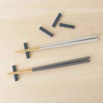 磁器素材で作られた、シンプルなスティック状の箸置きです。大小2サイズを展開しており、小は箸置きとして活躍してくれるサイズ感。5本セットになっています。