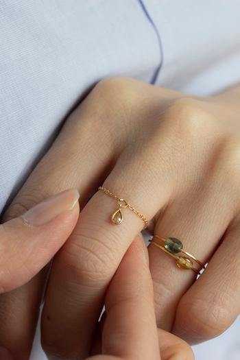 軽やかな付け心地が魅力のチェーンリング。雫型にカットされた天然ダイヤモンドが、手元で揺れながら華やかに輝きます。ハーフサイズ刻みで0号から14号まで、また14号以上にも対応してくれる、豊富なサイズ展開がうれしいジュエリーです。