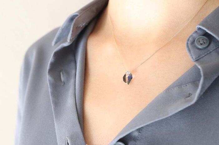 ハーキマークォーツに螺鈿をほどこした、光の反射が美しいネックレス。ハーキマーの透明感と螺鈿の貝の光沢の調和は、溜息が出るほどきれいです。ハーキマーは原石を使用しているため、ひとつひとつ形が違うのも魅力。