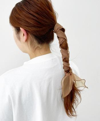 低めに結ったポニーテールにオーガンジースカーフを巻き付ければ、可愛らしさとエレガントな雰囲気を併せ持ったまとめ髪に。アースカラーなら、普段使いにもぴったりですね。
