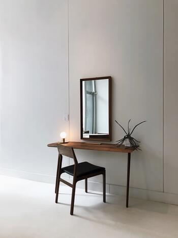 すっきりとしたメイクスペース。木目を生かした線の細い家具と鏡を選ぶことで、おしゃれなドレッサーになります。