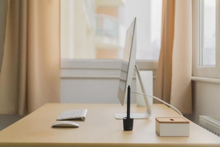 デスクトップパソコンやマウスは圧迫感のない薄いもので揃え、小物はシンプルなデザインのものにすることで、デスク上もすっきりとしています。この空間だったら仕事もはかどりそう。