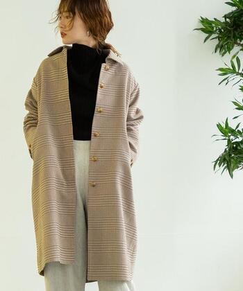 ちょっぴり丈が短めのコートは、もっさりとしがち。インナーのトップスのフロント部分をインすることでバランス良く着こなせます。あえて袖を通さずに、ショールみたいに羽織ってもかっこいい。バーバリーみたいなチェック柄もおしゃれです。