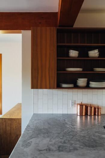 飾り棚にもなる備え付けの棚付きキッチン。食器類は種類ごとに間隔を開けて収納することで、圧迫感をなくします。