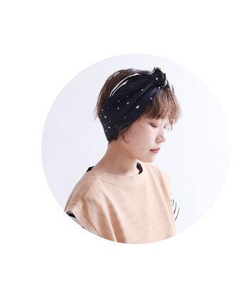 ボーイッシュに見えるショートヘアも、スカーフアレンジを取り入れればフェミニンな雰囲気に大変身!スカーフは幅を広めにとると大人っぽく、細くリボン状にするとキュートに見せることができます。