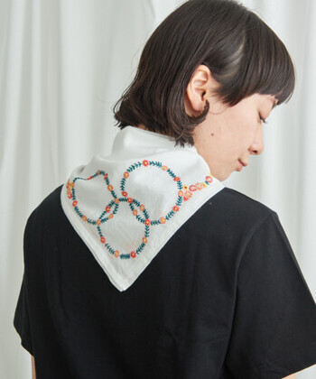 スカーフを三角にたたんでラフに結べば、つけ襟のようなアレンジが楽しめます。個性的な柄のスカーフは、シンプルなシャツやワンピースと組み合わせるのがおすすめ。小さな花の刺繍を身にまとうと、可憐な少女のような雰囲気になりますね。