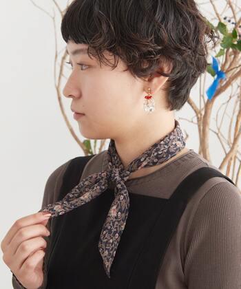 スカーフをやや細めに折って結ぶと、さりげないおしゃれが楽しめますよ!落ち着いた雰囲気を出したいときや、ハンサムに決めたいときにもぴったりですね。スカーフの結び目は、顔の正面に持ってくることできちんと感が出ます。