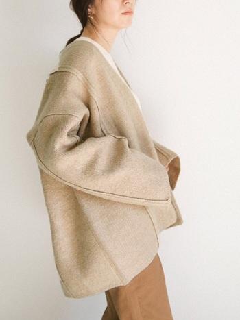 ベージュのコート×ベージュパンツで、セットアップ風コーデ。コートと同系色のパンツを合わせることで、統一感のある着こなしに♪