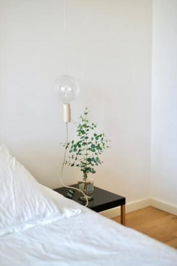 電球型のベッドサイドライト。壁面に付けることで、ものが溜まりがちなベッド周りももごちゃごちゃしません。目覚めにはグリーンで癒されて。