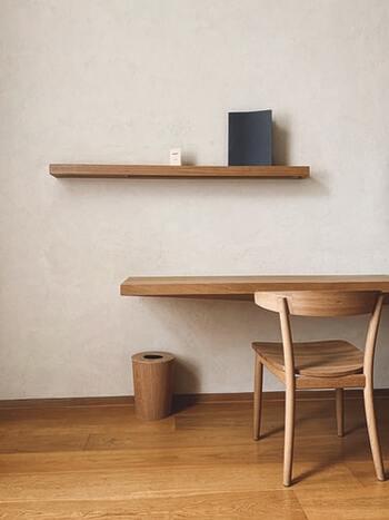 デスクと棚、椅子など家具の木目を生かした温かみあるデスク周り。目の届くところにはほぼものを置かないことで、作業に集中しやすい環境になっています。
