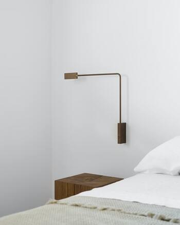 ヘッドが可動するサイドライト。夜の読書もしやすく便利です。ブラウントーンで色合いを合わせて、心落ち着く空間に。