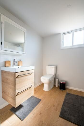 空間に余裕があるとつい何かを置きたくなりますが、そこはぐっとこらえて空間の余裕を楽しんで。細々したものが生活用品が多いトイレや洗面所は、棚収納を活用しましょう。