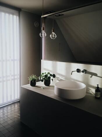 ライトや植物など、置くものにはこだわるおしゃれな洗面所。朝の時間を多く過ごす場所なので、お好みの空間にすることで、爽やかな1日の始まりに。