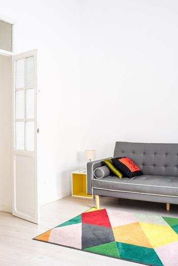 シンプルなリビングに、カラフルなラグや棚などの家具を置いて。小物が少ないので、色が多くてもすっきりとした印象に。