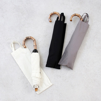 軽量なことに加え、傘のベルトが外側にも付いており傘を伸ばした状態で長傘のように持ち歩くことも可能なので、大きさや重さを考えると折りたたみタイプがいいけれど、移動が多くて折りたたみタイプの開閉が面倒だという方におすすめです。