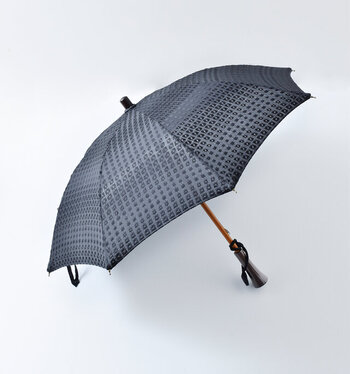 UV撥水コーティングを施しているので、紫外線からお肌をしっかり守りながらも雨の日にも大活躍します。美しくもシンプルなスクエア刺繍と長傘の中ではコンパクトな設計なので、どんなお洋服にもすんなり馴染みます。