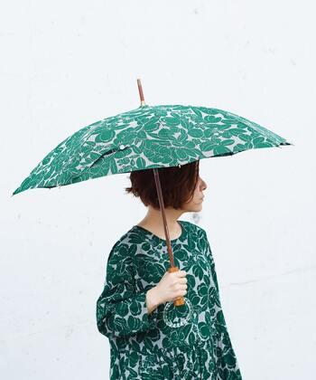 キュートなギンガムチェックに大人っぽく上品な花柄を合わせた他にはないユニークな傘です。可愛らしさと優雅さが融合され、大人女性にこそおすすめしたい傘です。