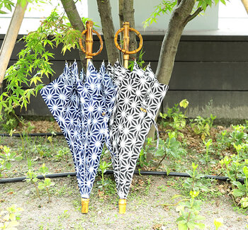 SUR MERの傘は、職人さんの手作業で作られており、温かみを感じる風合いが魅力。幾何学的な絞り柄がプリントされたこちらの傘は、軽やかで涼しげな印象を与えてくれます。手元には木目の美しい竹を使用しており、日本の夏にぴったりのデザインとなっています。