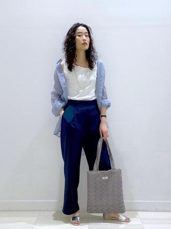 すっきりと履くことができるので、ロング丈のシャツとのレイヤードスタイルもおすすめ。カジュアルになりすぎない、大人の着こなしを作ります。
