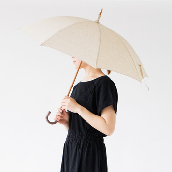 リネンの涼感と風合いが魅力のこちらの傘は、日本の優れた技術を持つ傘職人が大切に使ってもらえることを願って、一本一本丁寧に手作業で仕上げられた特別な傘。ものを大切にする気持ちを改めて感じることができます。UV撥水加工が施されているため紫外線対策もバッチリ。