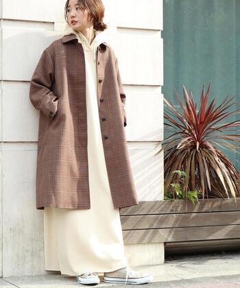 アウターで秋っぽさをプラスするなら、グレンチェック柄のコートを取り入れるのもおすすめです。グレンチェック柄ひとつでいつものコーデがぐっと秋めき、手軽に季節感をプラスできそうです。