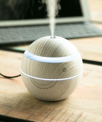 本当に加湿器?と見間違うほど可愛い、まんまる球体のミニ加湿器。デスクや棚の上にちょこんと置くだけで、空間に楽しい雰囲気を運んでくれます。