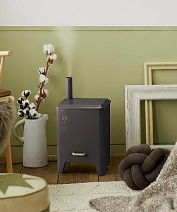小さな薪ストーブのような加湿器は、水蒸気が出る姿でもっと可愛らしく。 インテリアとして部屋を華やかに盛り上げてくれます。遊び心のあるデザインに、使わないときにも癒されそう♪