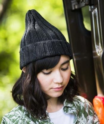 ざっくり感が素敵なリネン素材のニット帽は、春先にも活躍。  網目と素材感でカジュアルな印象に。Tシャツなどラフなアイテムと組み合わせると素敵です。