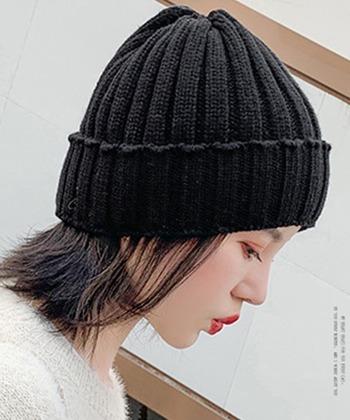 ニット帽は、深さが違うだけでかぶったときの印象が違うものに。 浅いタイプだとちょっとスポーティに。スニーカーコーデとの相性抜群です。
