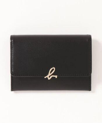 フランス発のブランド「アニエスベー」。シンプルなデザインが特徴で、洋服や小物などのファッションアイテムから化粧品まで幅広い商品を展開しています。  中にはポケット、カードが差し込めるようになっており、コンパクトながら大容量も魅力。