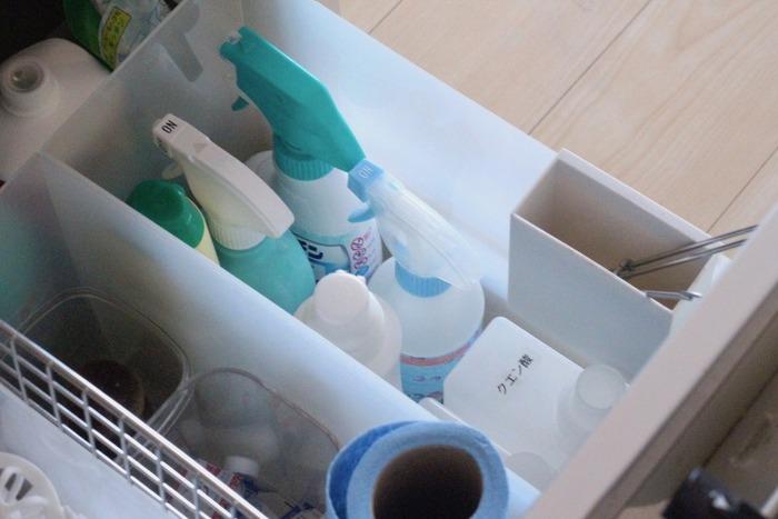 同じように液漏れしやすい洗剤類。キッチンで使う洗剤はファイルボックスに入れておけば汚れ防止にも。  洗剤の量に合わせてファイルボックスの幅を選ぶのがポイントです。ファイルボックスは幅が選べるので、たくさん持っている人は幅が広いタイプを選ぶましょう。