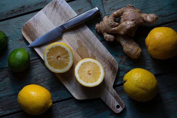 柑橘とオイルと塩を混ぜ合わせたドレッシングはとても簡単。筆者は、いつでも使えるように、国産レモンが出回る時期はストックするようにいます。たとえば、豚しゃぶを作った際、お肉のゆで汁とレモンと醤油を合わせれば、即席ポン酢も出来上がります。自家製つけダレでいただくしゃぶしゃぶは最高!おすすめです。