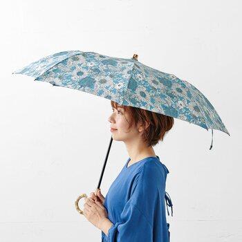 こちらの傘は、UVカット率90%以上&身体がしっかり隠れるサイズなので、紫外線や雨からしっかり守ってくれますよ。ロンドンにあるリバティ社のリバティプリントを使用し、可愛らしさと優美さ、両方を兼ね備えています。持っているだけで気持ちが穏やかになりそうですね。