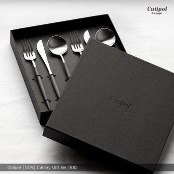 すーっとした細い柄が美しい「Cutipol」のGOAシリーズのカトラリー。スプーン・フォーク・ナイフが各2本ずつの計6本セットです。モダンで洗練されたデザインが魅力で、結婚祝いにも喜ばれます。