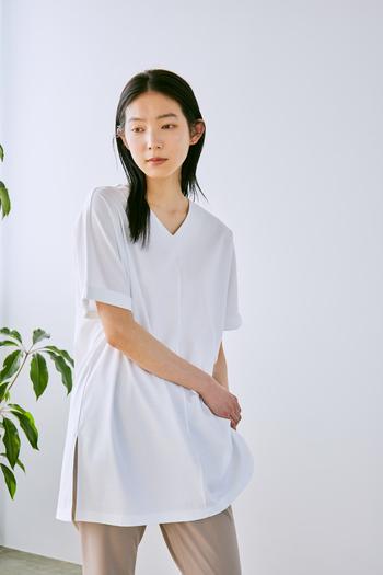 年齢を重ねるごとに変化するTシャツの選び方。カジュアル過ぎずにきちんと見せるなら「コットン100%スムース」素材がおすすめです。毛羽が少ない上質なコットンを使用し、特別な加工で糸自体を改質。一般的なコットンTシャツと比べて、柔らかさと膨らみ、繊細な光沢がある特別な一枚です。