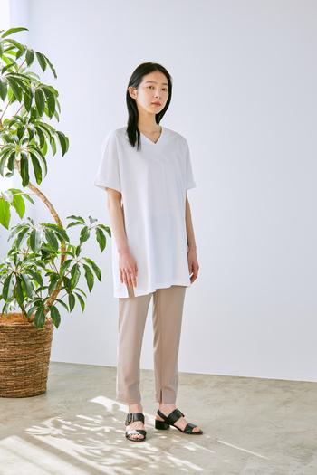 加工によりシワも気になりづらく、イージーケアも嬉しいポイント。白でも透けにくいので安心して着用できます。首元をきれいに見せてくれるVネックデザインのチュニック丈は、一枚で着てもコーデの主役になるアイテム。
