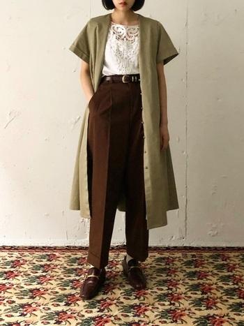 ブラウンの細身スラックスにカーキのロング半袖シャツを羽織ったアースカラーコーデ。まだまだ暑い日も、色味や足元次第で秋モードに。センタープレスがきれいめな印象で、同じトーンのビットローファーも相まって脚長効果抜群です。