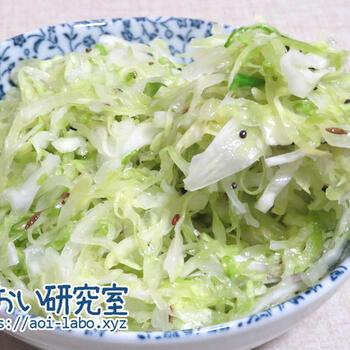こちらはシンプルなキャベツのサラダですが、やはりパンチホロンのパワーでやみつきのおいしさに。塩もみしたキャベツに、テンパリングした油をかけてなじませます。