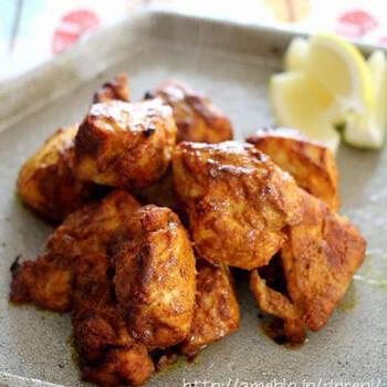 鶏肉をヨーグルトやスパイスに漬け込んで焼くのは、タンドリーチキンと同じ。オーブンでこんがりおいしく焼けます。さっぱりした鶏むね肉も、コクのある味わいに。