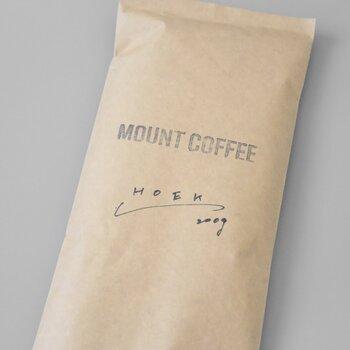 広島のロースター「MOUNT COFFEE(マウントコーヒー)」と東京のセレクトショップ「HOEK(フーク)」のコラボブレンドです。商品ページでは焙煎日が明記されているので、鮮度を確認できるのが嬉しいですね!豆のままで届くため、好みの加減に挽いて楽しめますよ。