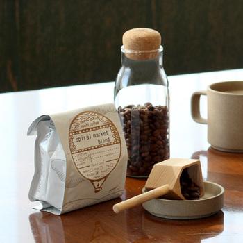 tonbi coffee(トンビコーヒー)は2006年にオープンした群馬県のロースターです。世界各地から厳選した豆を使って丁寧に仕上げています。2種類のブレンドは中深煎りと深煎り。豆のままか中挽きの粉かを選べますよ。また、カフェインレスタイプも取り扱っています。