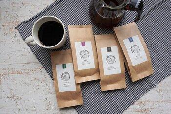 海ノ向こうコーヒーは京都の「坂ノ途中」が手がけるブランド。アジアの各地から、環境に配慮して栽培された豆をセレクトしています。飲み比べセットはラオス、ミャンマー、バリ、中国雲南省の4種類。それぞれ素材の持ち味を生かして浅煎りから中深煎りまでバラエティ豊かですよ。